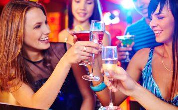 Žene s koktelima u ruci slave novu godinu